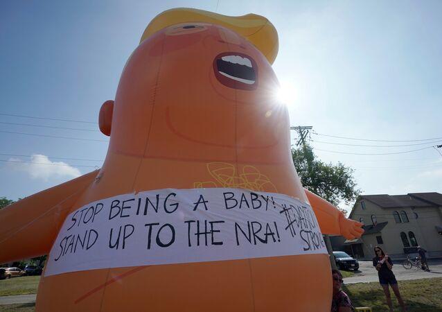 Silahlı saldırıların yaşandığı yerleri ziyaret eden Trump, protestolarla karşılandı