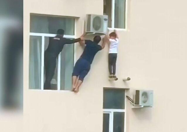 Çeçenistan'da 5. kattaki pencereden sarkan çocuk böyle kurtarıldı