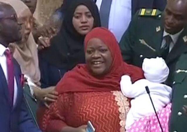 Kenya'da Ulusal Meclis'e bebeğiyle giden milletvekili, zorla salondan çıkarıldı