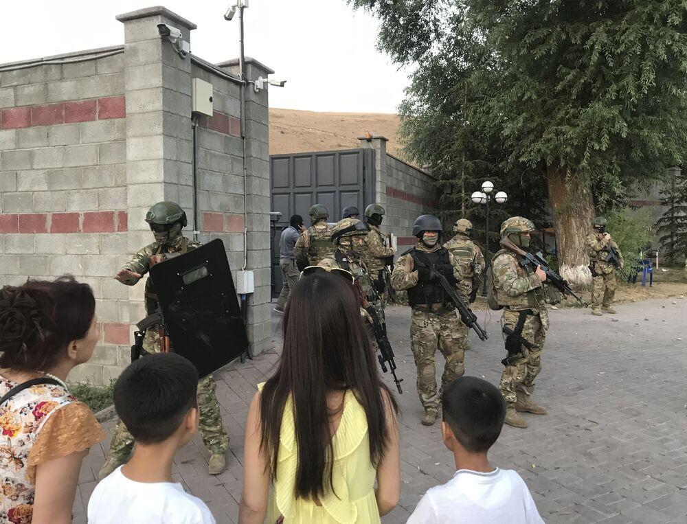 Atambayev'in rezidansına güvenlik güçleri  tarafından yapılan operasyondan bir kare.