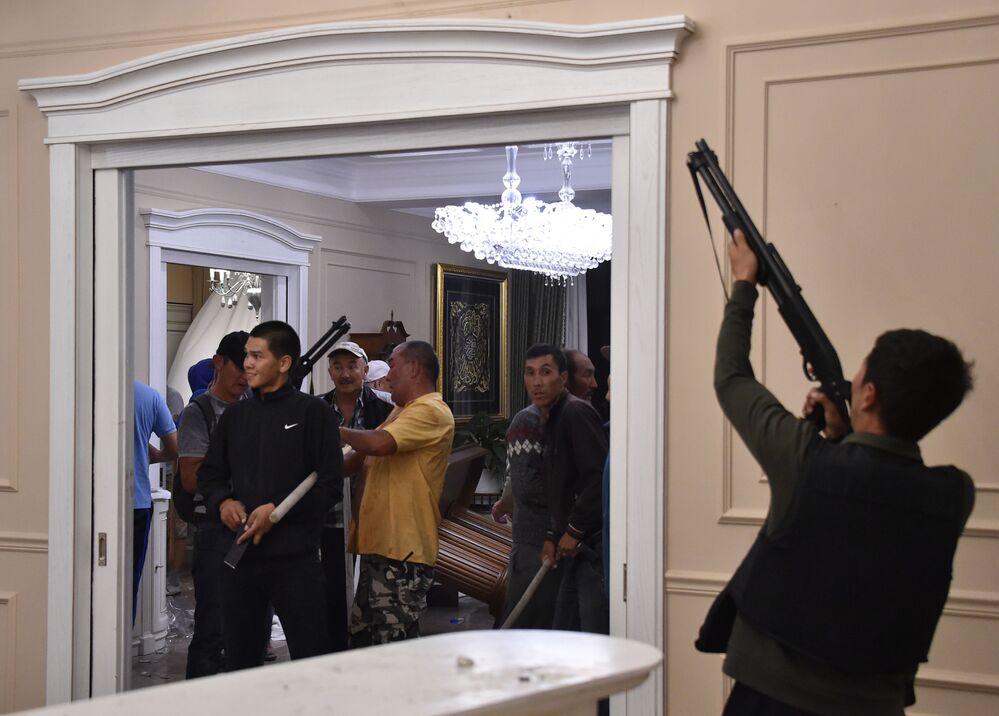 Polislerin  eski cumhurbaşkanının rezidansına girmelerine izin vermeyen silahlı Atambayev yanlıları.