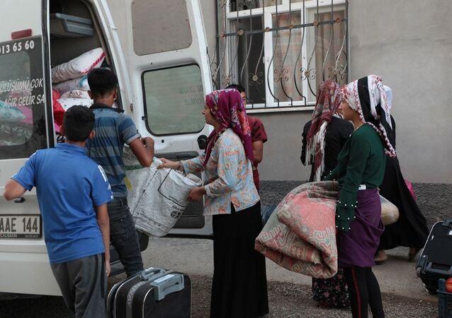"""Diyarbakır'ın Bismil İlçesi'ne bağlı Kooperatif Mezrası'nda yaşayan vatandaşlar da her yıl mevsimlik işçi olarak farklı illere göç ediyor. Genellikle Mardin köylerinden farklı tarihlerde göç ederek buraya yerleşen vatandaşlar, yaşadıkları ekonomik sıkıntılar ve iş olanaklarının kısıtlılığı nedeniyle göç etmek zorunda kalıyor. Ordu'ya fındık toplamaya giden işçiler, aileden bir kişiyi evde bırakıp geriye kalan tüm aile bireyleri ile fındık toplamaya gidiyor. Geri dönmeleri, bazen 28 gün bazen de ayları buluyor. İş zamanında mezra neredeyse boşalıyor gibi. Trafik kazaları ile gelen ölüm haberlerini yakından takip eden mezra sakinleri, giden akrabalarını """"Ölme sakın, ölmeden geri dönün"""" telkininde bulunuyor."""