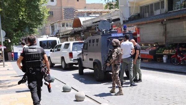 Şanlıurfa'da bombalı eylem hazırlığında olduğu öne sürülen kişi, patlayıcı madde ile gözaltına alındı. Polis ekipleri Haşimiye Meydanı'nda güvenlik önlemi aldı. - Sputnik Türkiye