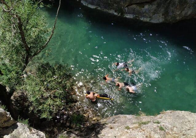 Kanyona düşen cep telefonunu çıkarmak için suya dalan genç hayatını kaybetti
