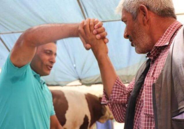 Kayseri'de besici Orhan Kaya, satacağı kurbanlık için elini tutarak pazarlık yaptığı adamın fark etmeden parmaklarını kırdı. Pazarlıktan sonra parmaklarının kırıldığının fark eden yaşlı adam, barışmak için 1500 TL daha indirim istedi.