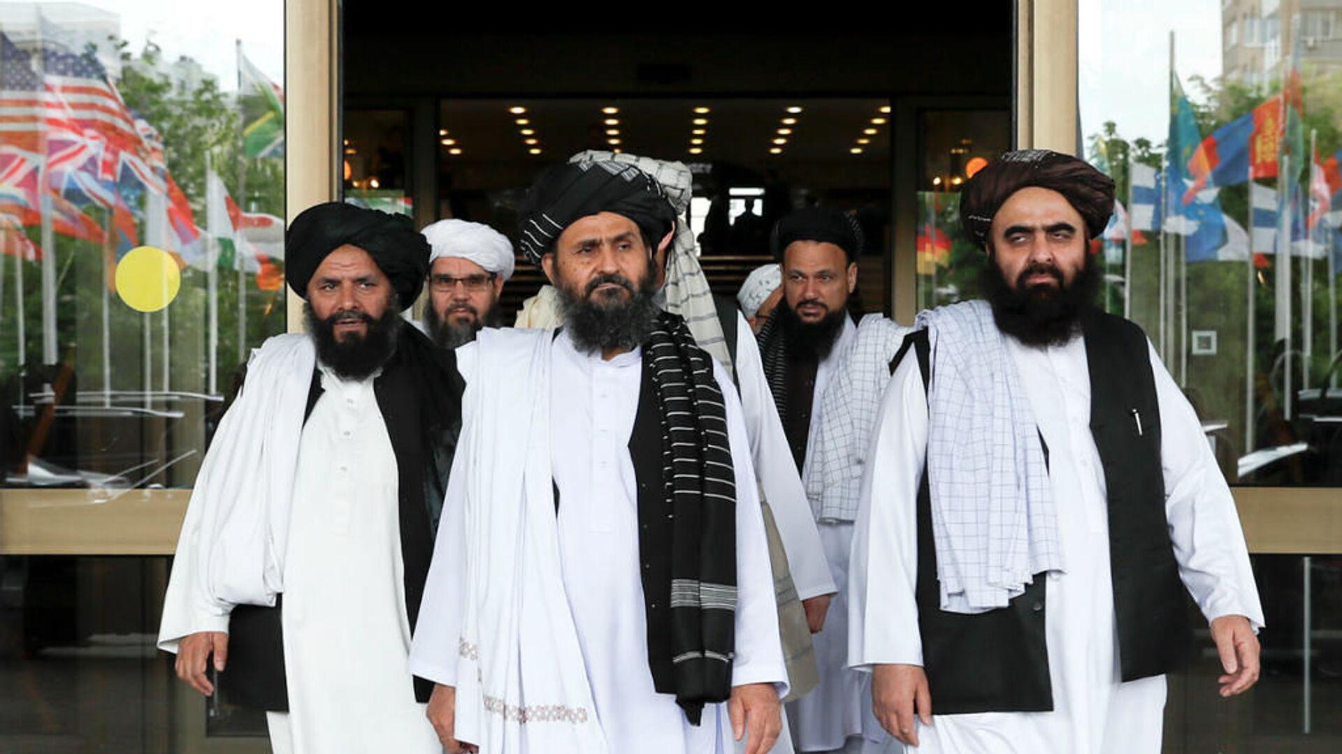 Taliban'ın Katar'daki siyasi ofisinin şefi Molla Birader Ahund ve Taliban müzakere heyeti - Sputnik Türkiye, 1920, 28.07.2021