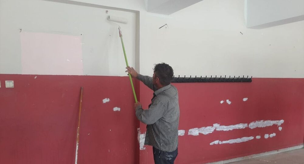 Samsun'un Çarşamba ilçe Denetimli Serbestlik Müdürlüğü bünyesinde hakkında 300 saat kamu yararına çalışma tedbiri bulunan kişi, cezasını Epçeli Köyü İlkokulunu boyayarak çekiyor.