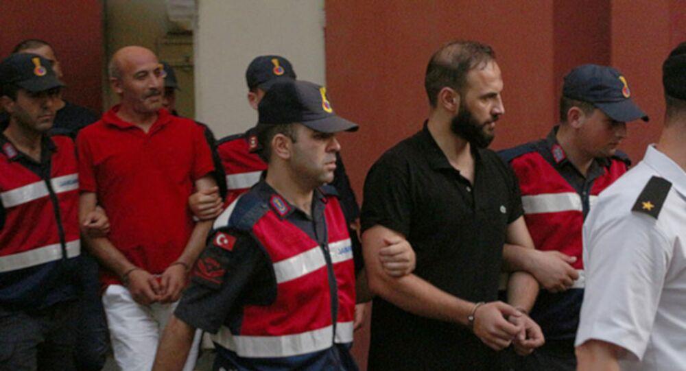 Kocaeli'nin Kartepe ilçesinde, Sapanca Gölü kıyısında bulunan restoranın işletmecisinden alacaklı olanlar, kameriyede el yapımı bomba patlattı. Olayla ilgili gözaltına alınan 4 kişiden 3'ü tutuklandı.