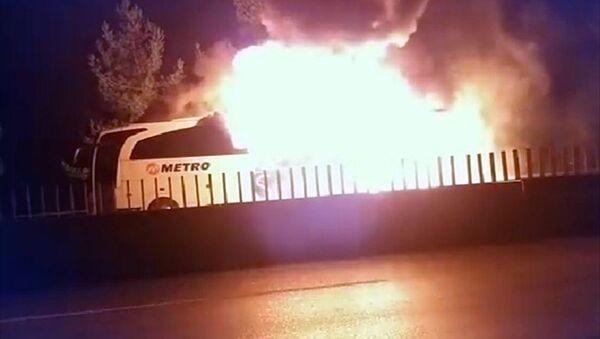 Mersin'in Tarsus ilçesinde bir yolcu otobüsünde seyir halindeyken yangın çıktı. - Sputnik Türkiye