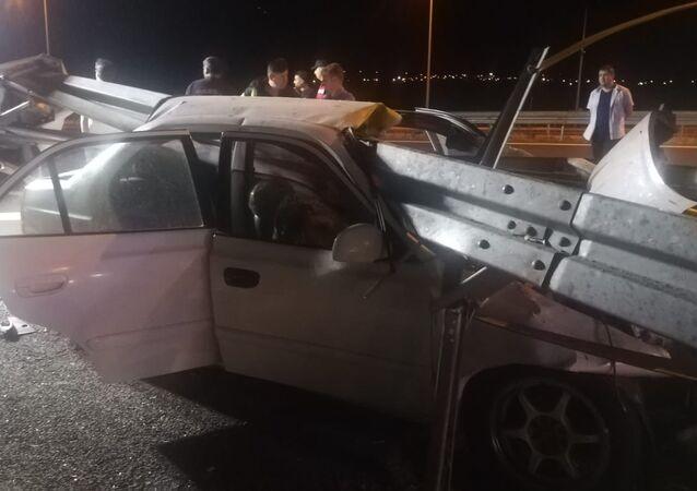 İzmir-İstanbul Otoyolu'nda bir otomobil, bariyere saplandı