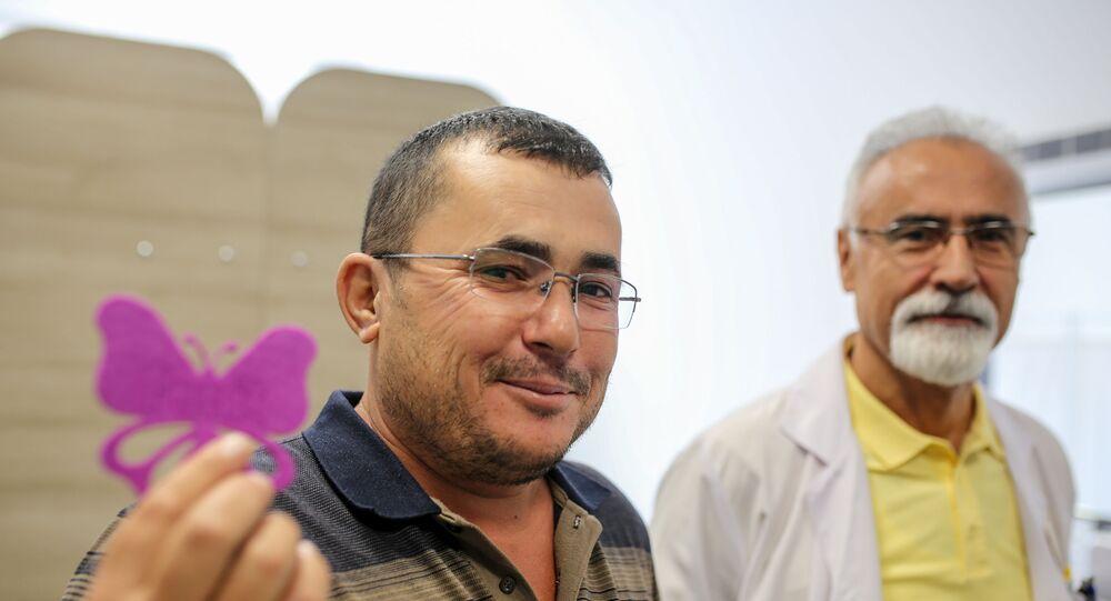 Antalya'da ağaç budadığı sırada başlayan ağrı nedeniyle hastaneye giden 38 yaşındaki Ahmet Gök'ün sağ kulağından canlı kelebek çıkarıldı.