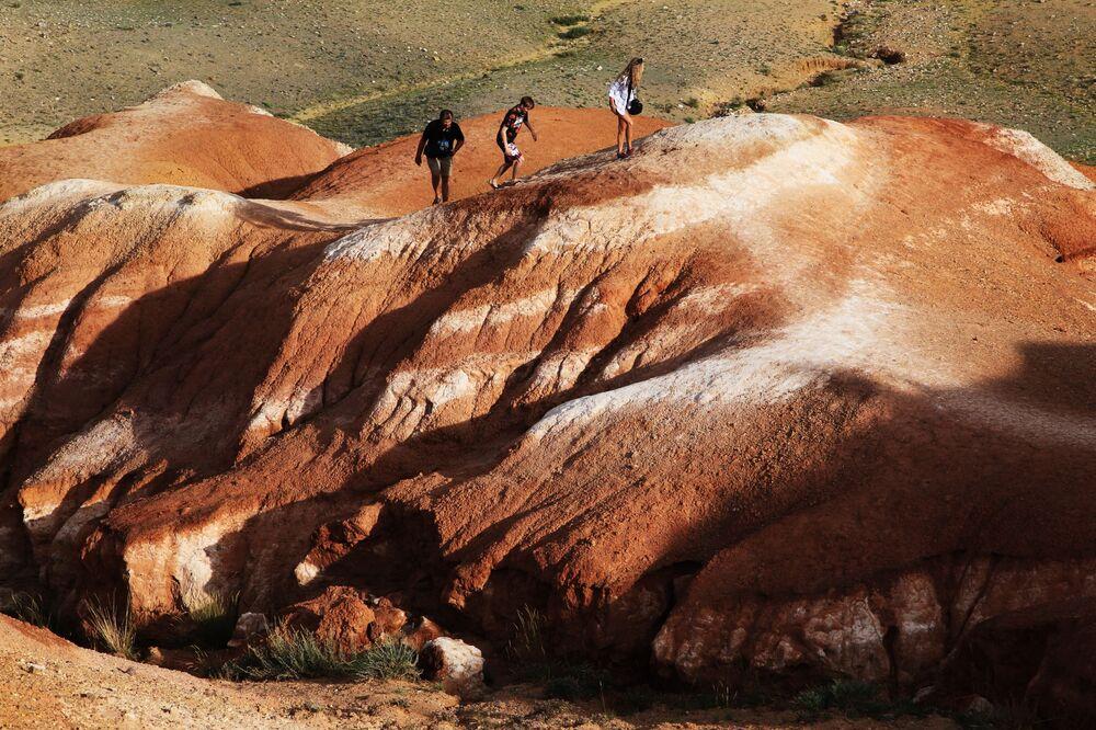 Güzel manzarasıyla turistlerin ilgi odağı haline gelen Kızıl-Çin vadisinden bir kare.