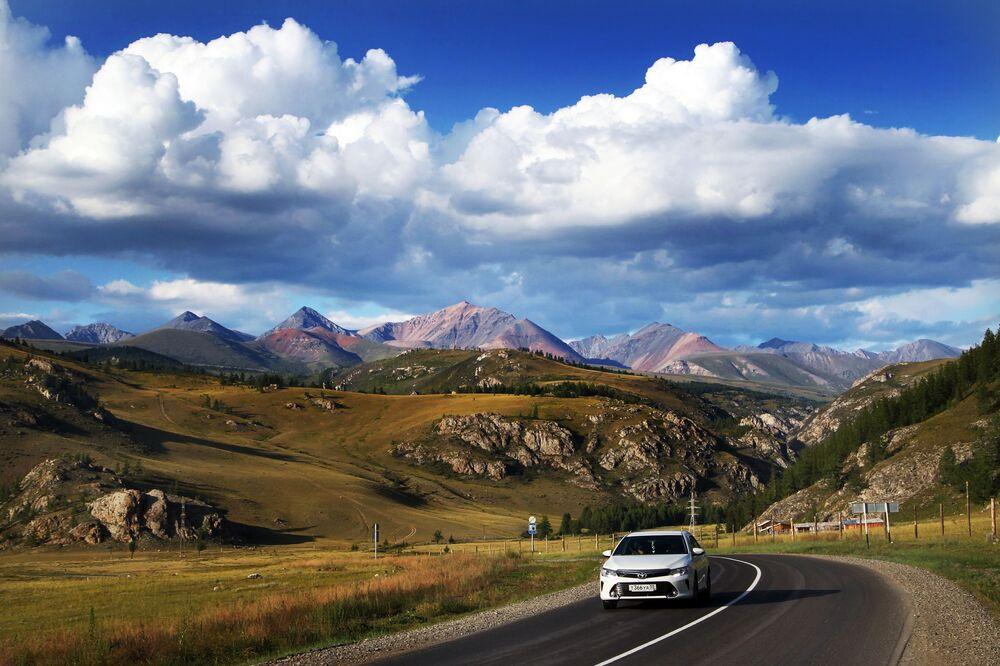 Göz alıcı manzaralarıyla  turistlerin ilgisini çeken Altay Cumhuriyeti'ndeki Çuysk bölgesinden bir kare.