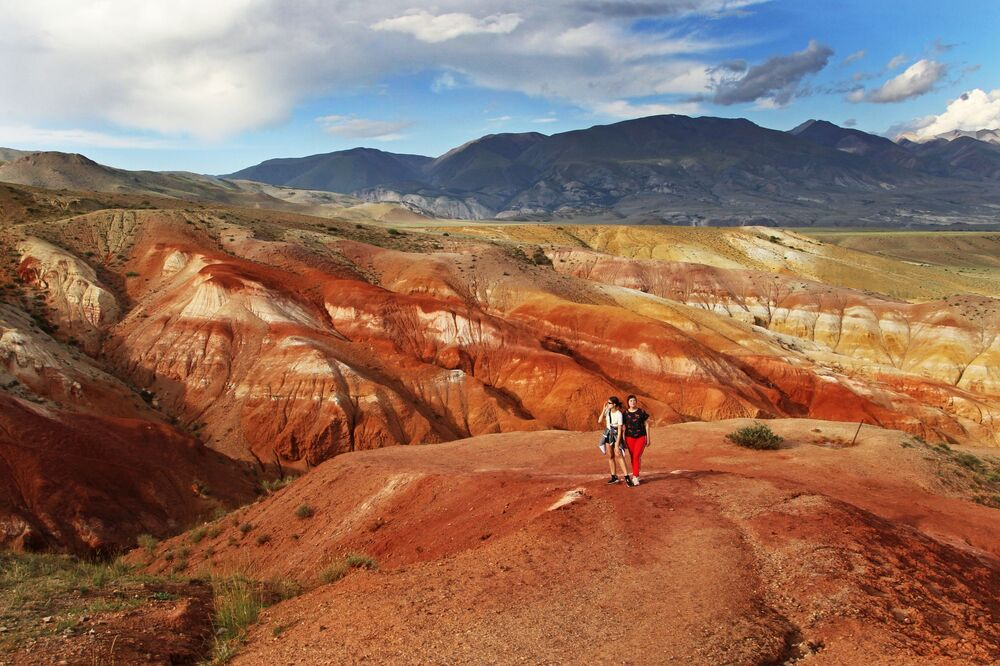 Altay'daki Kızıl-Çin vadisinin kırmızımsı rengi, kaya oluşumlarında büyük miktarda cıvanın bulunmasına bağlı.