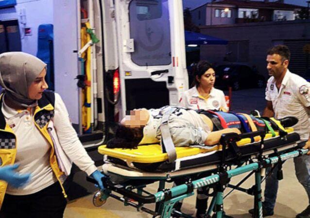 Bursa'nın İnegöl ilçesinde, otomobil ile çarpışan 16 yaşındaki elektrikli motosiklet sürücüsü Ekin D. yara almadan kurtulduğu kazanın ardından babası Metin D. (45) tarafından dövülerek hastanelik edildi.
