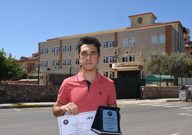 Antalya'nın Alanya ilçesinde okulundaki not ortalamasının yanlış hesaplanmasından dolayı istediği üniversiteye yerleşemediğini iddia eden öğrenci İbrahim Erdem Atila (fotoğrafta), okul yönetiminden şikayetçi oldu.