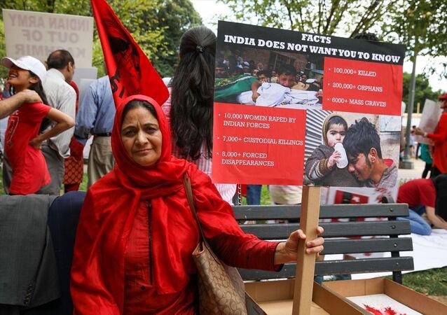 Beyaz Saray önünde toplanan ABD'de yaşayan Keşmirli bir grup, Hindistan'ın Keşmir'e yönelik politikalarını protesto etti.