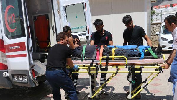 Adıyaman'ın Gerger ilçesine bağlı Ağaçlı köyünde yaşayan Mehmet Yeşilkaya, kesmeye çalıştığı boğanın altında kalarak ağır yaralandı. Yakınları tarafından Gerger Devlet Hastanesine kaldırılan Yeşilkaya, Kahta Devlet Hastanesi'ne sevk edildi. - Sputnik Türkiye