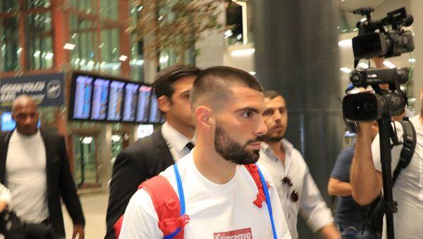 Beşiktaş'ın yeni transferi Pedro Rebocho (sağda), İstanbul'a geldi. Lizbon'dan kalkan uçakla İstanbul'a gelen Portekizli futbolcuyu havalimanında Beşiktaş Kulübü yetkilileri karşıladı. - Sputnik Türkiye