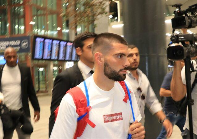Beşiktaş'ın yeni transferi Pedro Rebocho (sağda), İstanbul'a geldi. Lizbon'dan kalkan uçakla İstanbul'a gelen Portekizli futbolcuyu havalimanında Beşiktaş Kulübü yetkilileri karşıladı.
