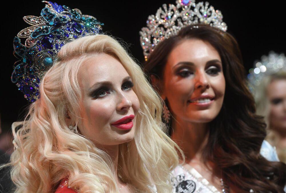 Mrs. Russia 2019 Yarışmasını kazanan Gelenjik kentinden Yekaterina Nişanova (solda) ve Mrs. Russia Globe unvanını kazanan Kemerovo'dan Ksenia Krivko, ödül töreninde.