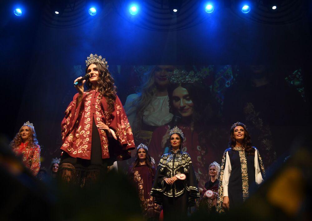 Moskova'da düzenlenen Mrs. Russia 2019 Güzellik Yarışması'nda ulusal kıyafetleri ile sahneye çıkan yarışmacılar.