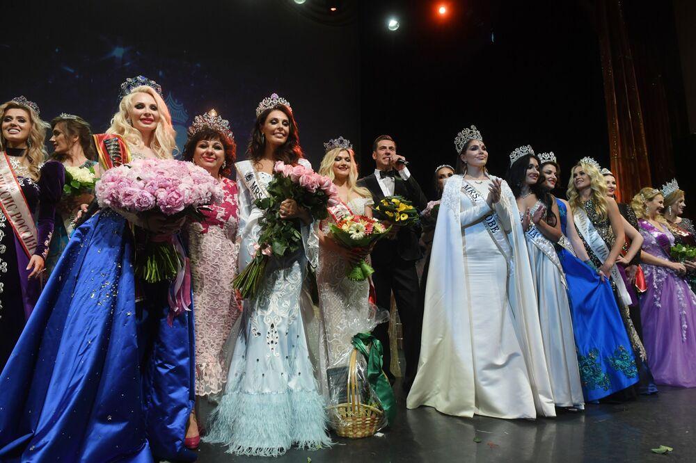Mrs. Russia 2019 finalinde Rusya'nın farklı bölgelerinden 27 evli kadın  tacın sahibi olmak için yarıştı.