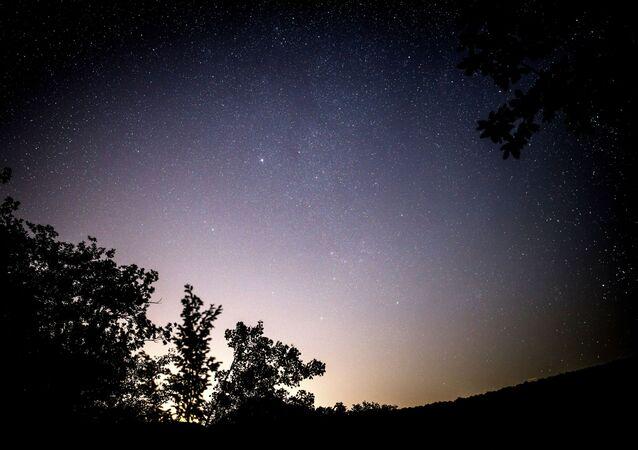 """Gölbaşı, """"Halk arasında 'yıldız kayması' olarak bilinen olay aslında bir kuyruklu yıldızın bıraktığı döküntülerin Dünya atmosferine girerek yanmasından başka bir şey değildir. Bu küçük parçacıkların çoğu birkaç gram kütlelidir. Bu olaya meteor (göktaşı) yağmuru denir"""" ifadelerini kullandı."""