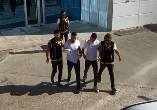 Bursa'nın Kestel ilçesinde iki kardeş ile dargın oldukları arkadaşları arasında Bayram kutlaması meselesi yüzünden çıkan bıçaklı kavgada 1 kişi hayatını kaybetti, 2 kişi yaralandı.