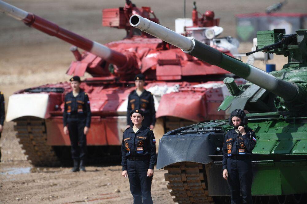 Moskova bölgesindeki Patriot Parkı'nda Uluslararası Ordu Oyunları Army-2019 kapsamında düzenlenen 'tank biatlonu' yarışmasına katılan Rusya takımının kadın tank sürücüleri.