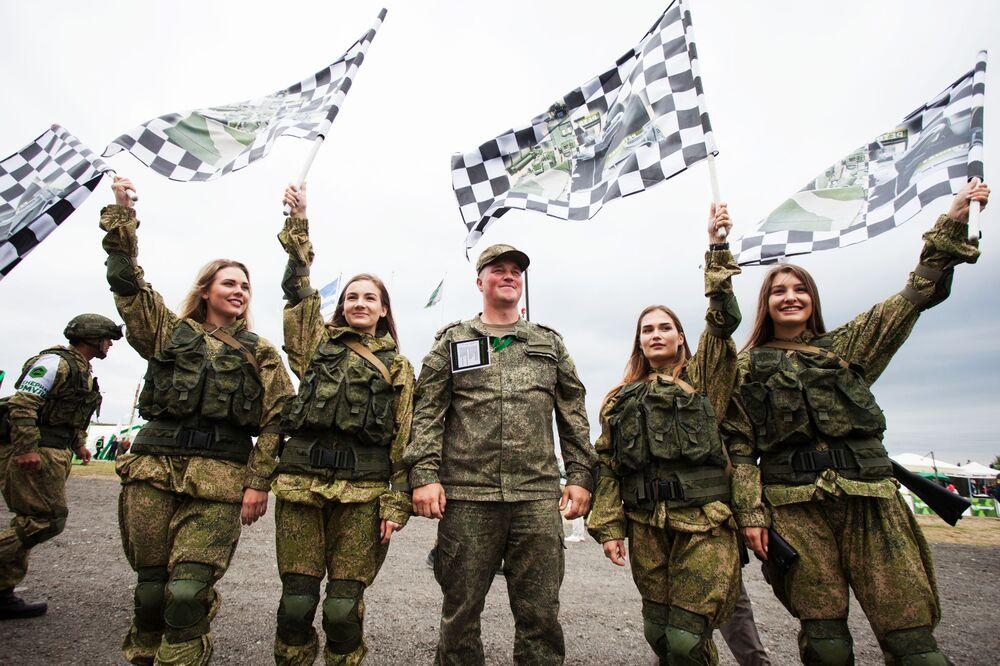 Rusya'nın Tümen bölgesindeki Andreevskiy askeri poligonunda Uluslararası Ordu Oyunları Army-2019 kapsamında düzenlenen yarışma finalinin  kadın katılımcıları poz veriyor.
