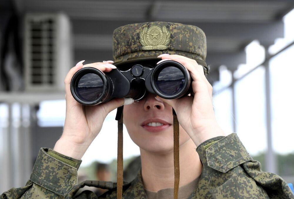Army-2019 Oyunları  kapsamında Tümen bölgesindeki Andreevskiy askeri poligonunda düzenlenen yarışmayı takip eden Rus kadın asker.