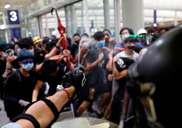 Hong Kong Havalimanı'nda protestocular ile polis arasında çatışma