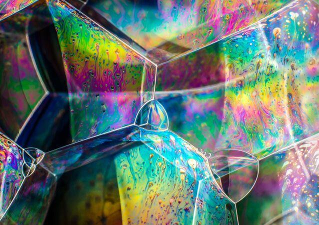 Yarışmanın finalist listesine dahil edilenlerden fotoğrafçı Kym Cox'un çektiği sabun baloncukları görüntüsü.