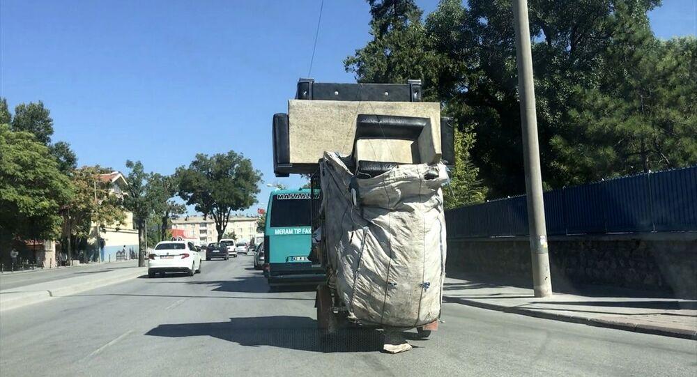 Kağıt toplayıcısının 'koltuk takımı' ile tehlikeli yolculuğu