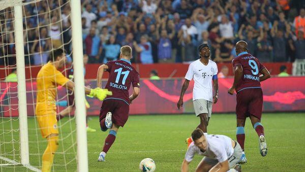 Trabzonspor, UEFA Avrupa Ligi 3. eleme turunda 2-2 biten ilk maçın rövanşında sahasında Sparta Prag'ı 2-1 yenerek play-off turuna yükseldi. - Sputnik Türkiye