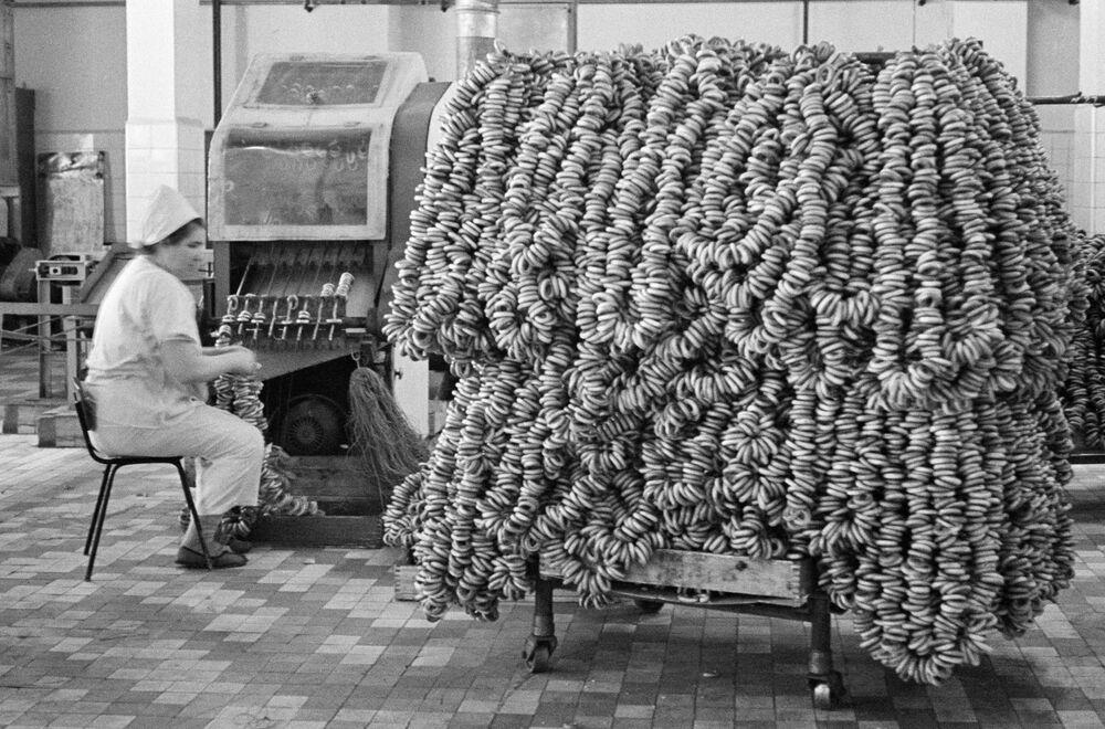 Bir ekmek fabrikasında simit üretim süreci, 1967.