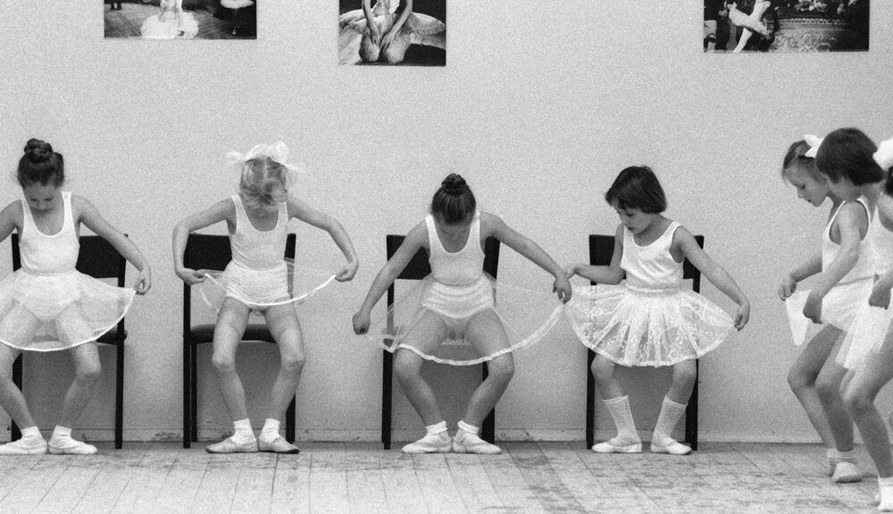 Moskova'daki koreografi okulunda eğitim gören küçük kızlar, 1985.