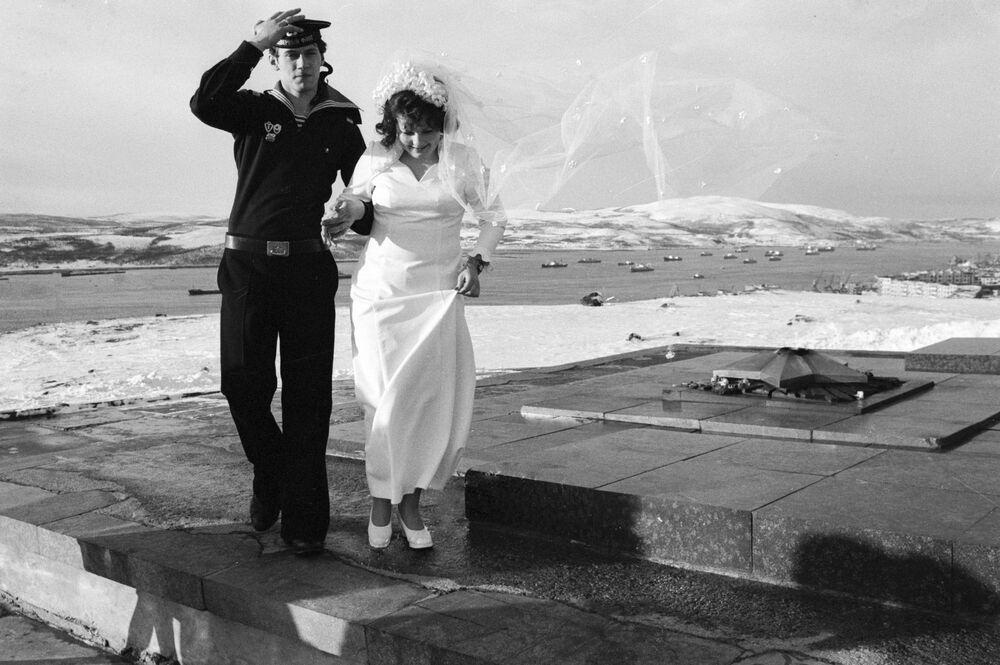 Murmansk'ta Kuzey Kutup bölgesinin koruyucuları anısına yapılan anıtın yanında poz veren yeni evliler, 1977