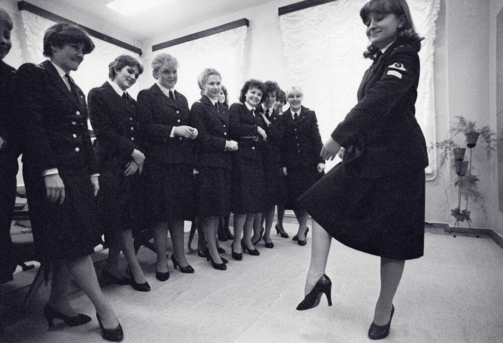 Leningrad Sivil Havacılık Okulu'nun öğrencileri, dans dersi sırasında.