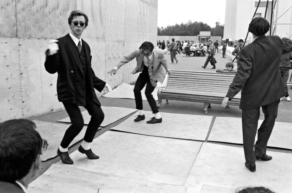 Moskova'daki parkta dans eden  gençler, 1980
