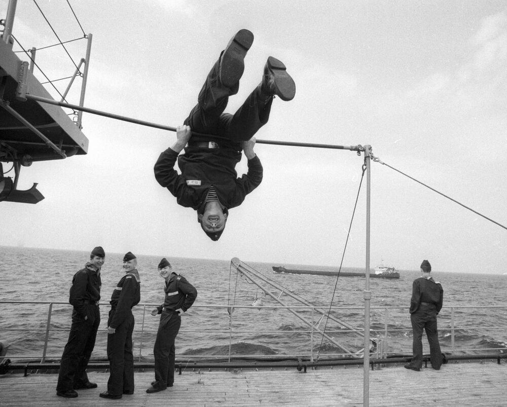 Nahimov Deniz  Harp Okulu'nun öğrencileri, güvertede spor yaparken, 1988
