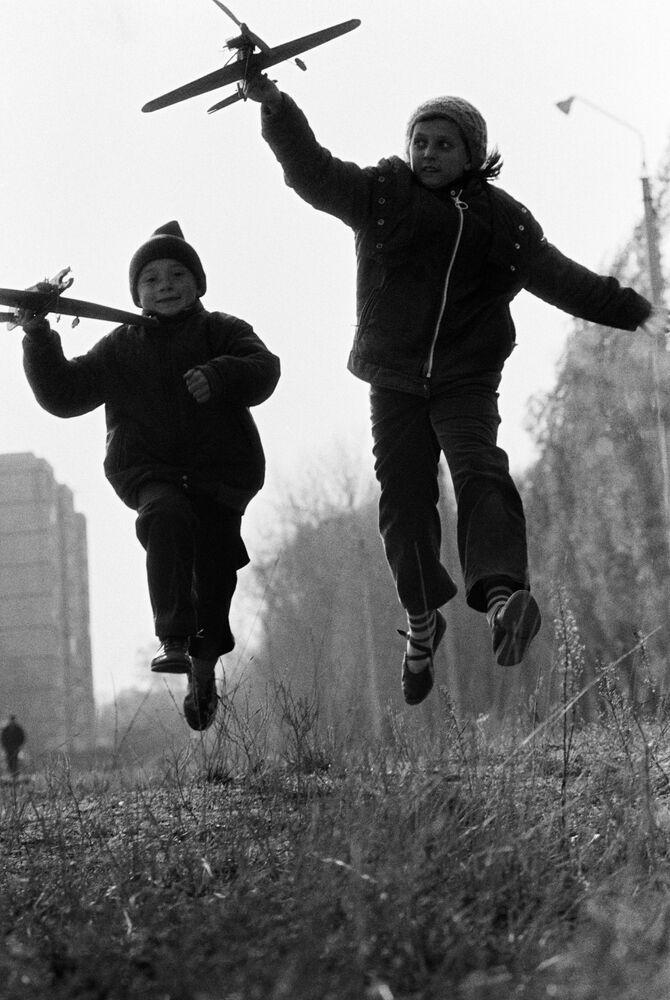 Uçak maketleriyle oynayan çocuklar, 1988