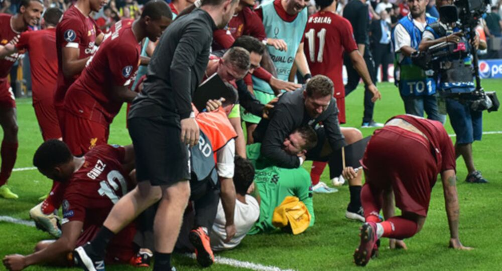 Liverpool Kulübü, İstanbul'da oynanan UEFA Süper Kupa maçından sonra oyuncuların kutlama yaptığı sırada sahaya atlayan ve kaleci Adrian'ı sakatlayan taraftardan dolayı UEFA'ya şikayette bulundu.