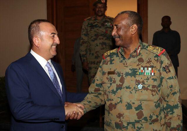 Geçici Sivil Yönetim düzenlemelerini içeren Anayasal Bildiri'nin imza törenine katılmak üzere Sudan'ın başkenti Hartum'a giden Dışişleri Bakanı Mevlüt Çavuşoğlu, Askeri Geçiş Konseyi (AGK) Başkanı Orgeneral Abdülfettah el Burhan ile görüştü.