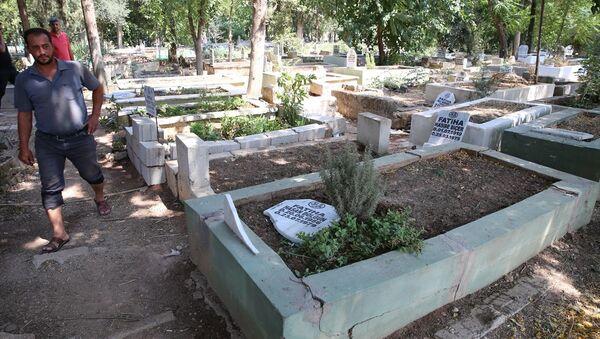 Reyhanlı'daki 100 mezarı yıkıp üzerlerine yazı yazdılar: 6 kişi gözaltında - Sputnik Türkiye