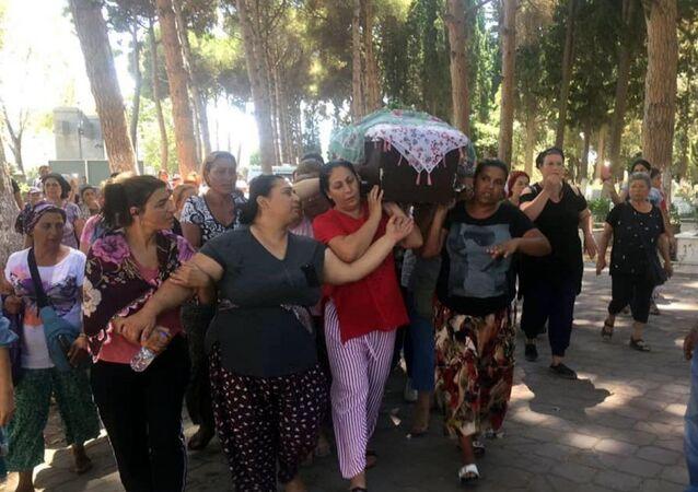 2 çocuk annesi Zümrüt Er (20), eski kayınpederi Özkan K. (45) tarafından pompalı tüfekle vurularak, öldürüldü.