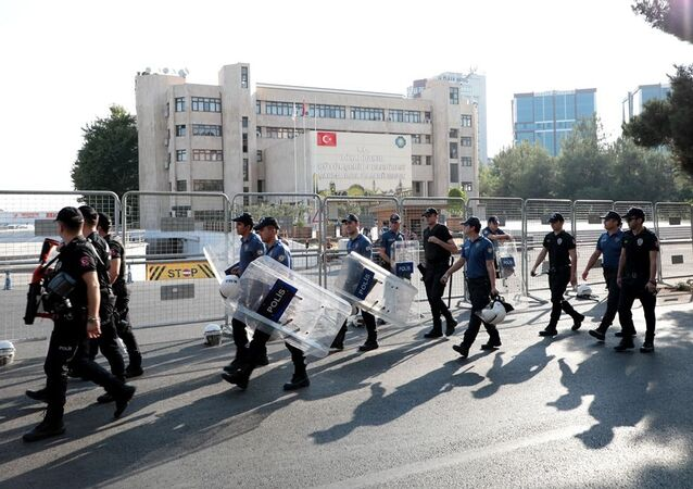 Diyarbakır, Van ve Mardin Büyükşehir Belediye Başkanlarının görevlerinden alınmasının ardından belediye binalarında arama yapıldı. Belediye binaları polis bariyerleri ile çevrilirken, binaların etrafında zırhlı araç ve çok sayıda polis ile önlem alındı. Diyarbakır'da da aynı uygulama yaşanırken, internetlerin ağırlaşması dikkat çekti.
