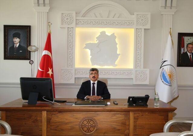 Cumhuriyetimizin kurucu lideri Mustafa Kemal Atatürk'ün küçük portresinin yerine, Van Valisi ve Büyükşehir Belediyesi Başkan Vekili Mehmet Emin Bilmez'in talimatıyla büyük portresi asıldı