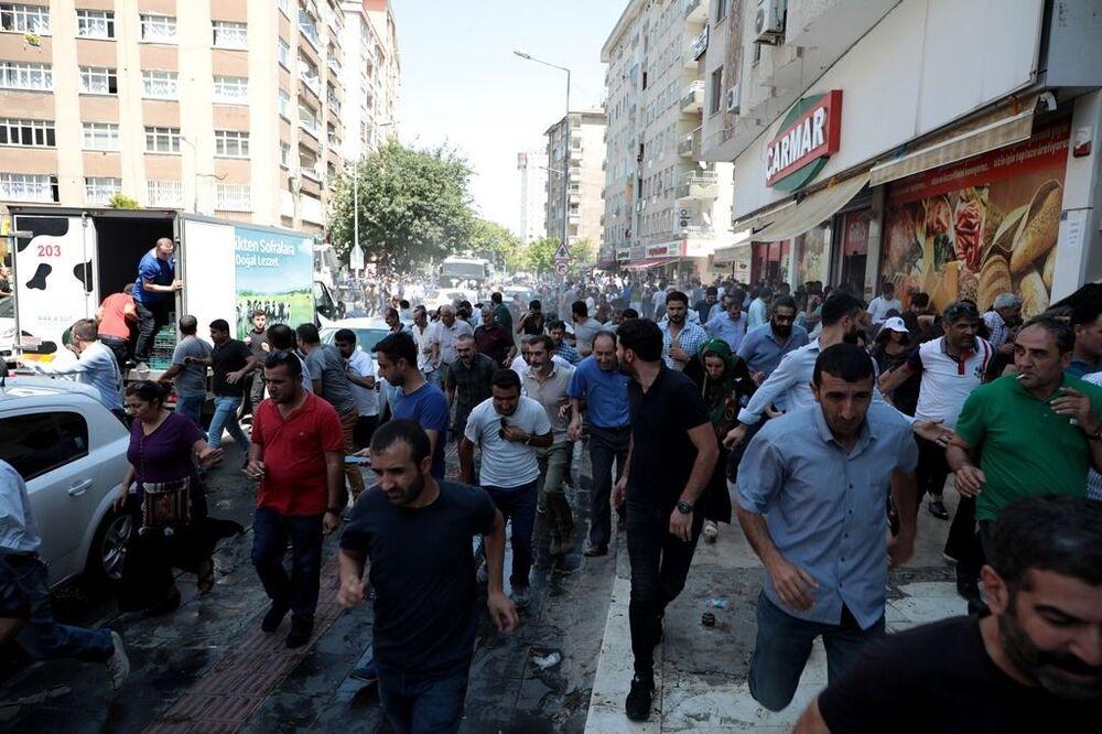 Belediye binası önünde toplanmak isteyenlere polis tazyikli su ile müdahale ederken, kalabalık dağılmayarak müdahaleye direndi.